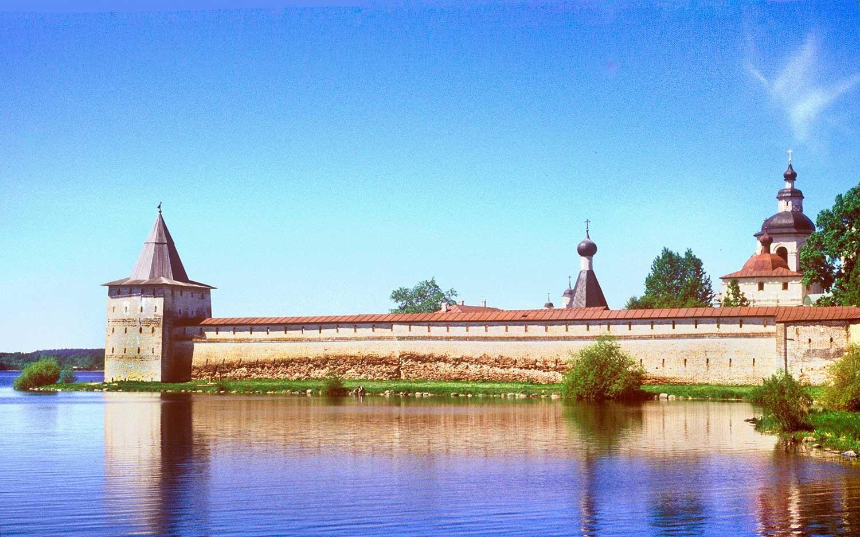 Manastir svetog Ćirila Bjelozjerskog. Pogled s južne obale jezera Sivjerskoje. Lijevo se nalazi toranj Svitočnaja. 7. lipnja 1998.