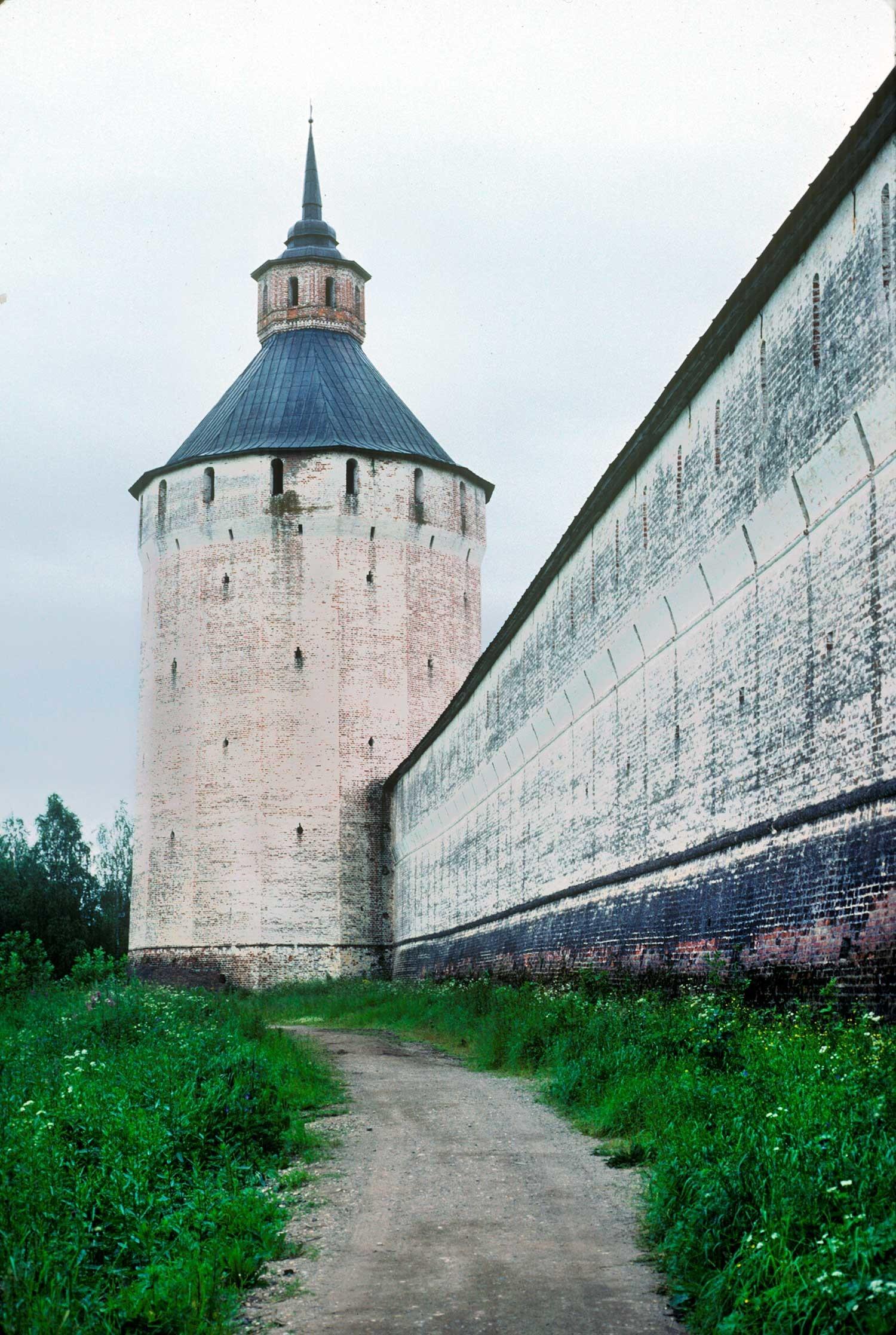 Manastir svetog Ćirila Bjelozjerskog. Ferapontov toranj, južni pogled, s desne strane nalazi se zapadni zid. 8. kolovoza 1991.