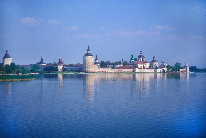 Manastir svetog Ćirila Bjelozjerskog. Pogled s jugozapadne strane, preko jezera Sivjerskoje. 15. srpnja 1999.