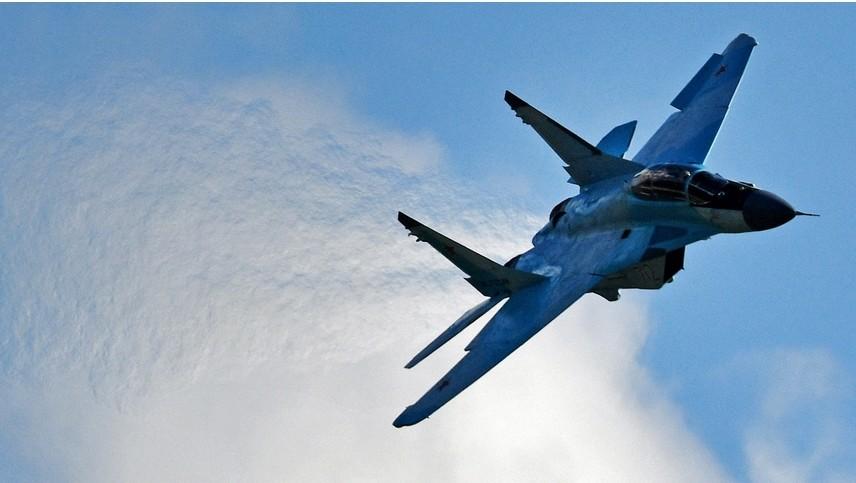 Večnamenski lovec MiG-35 izvaja predstavitveni let na otvoritvi Mednarodnega letalsko-vesoljskega salona MAKS-2017.