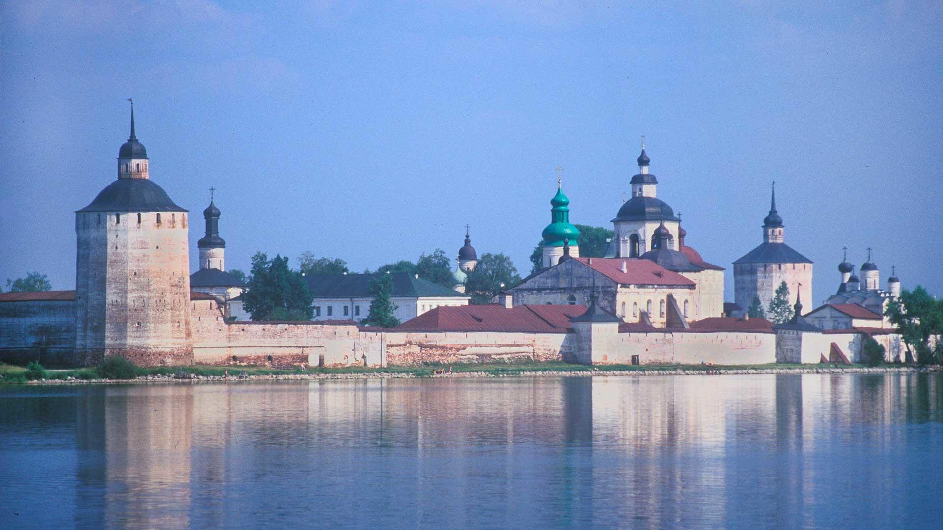 """От лявно надясно: Белозерска кула, църква на Йоан Лествичник,  църква """"Секновение"""" (между дърветата), катедрала """"Успение Богородично"""", трапезна църква """"Сретение господне"""", църква """"Архангел Гавриил"""", камбанария, ковачница, църква """"Преображение господне"""". 15 юли, 1999 г."""
