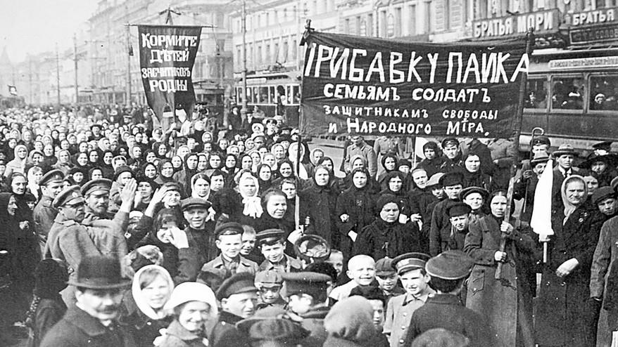 Demonstracije delavcev pred tovarno Putilova v Petrogradu.
