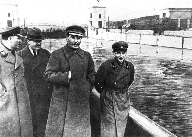 Stalin, visitando el canal Moscú-Volga.