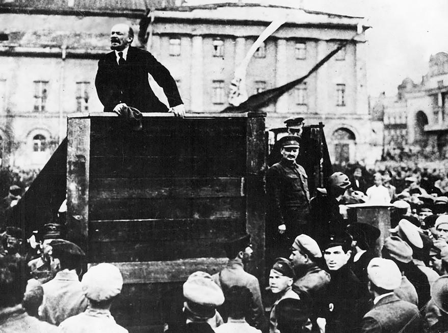 Vladimir Lenin nagovarja občinstvo na Sverdlovskem trgu v Petrogradu, 1919. Leon Trocki stoji na desni.