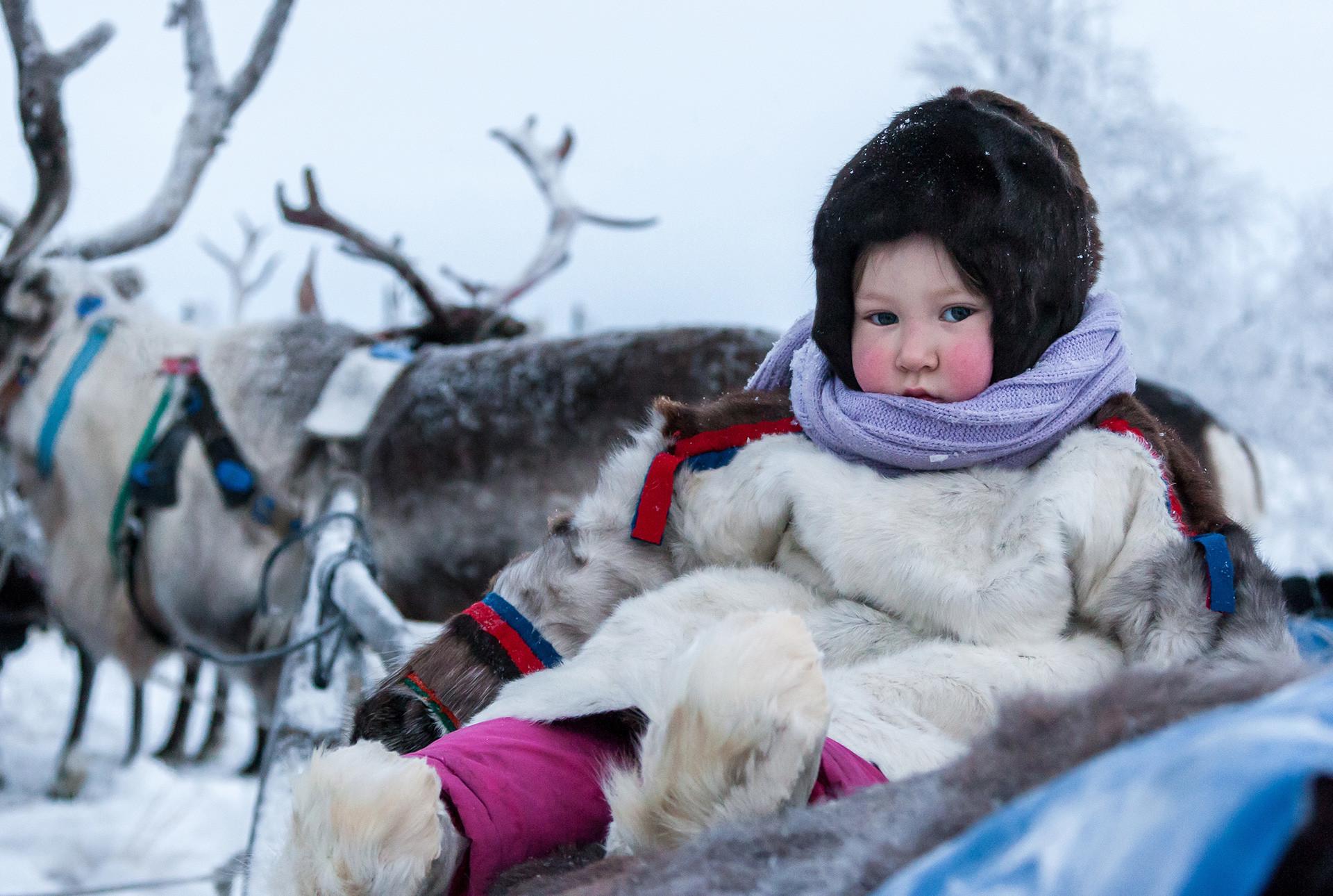 Criança nômade em fazenda de renas no extremo norte russo