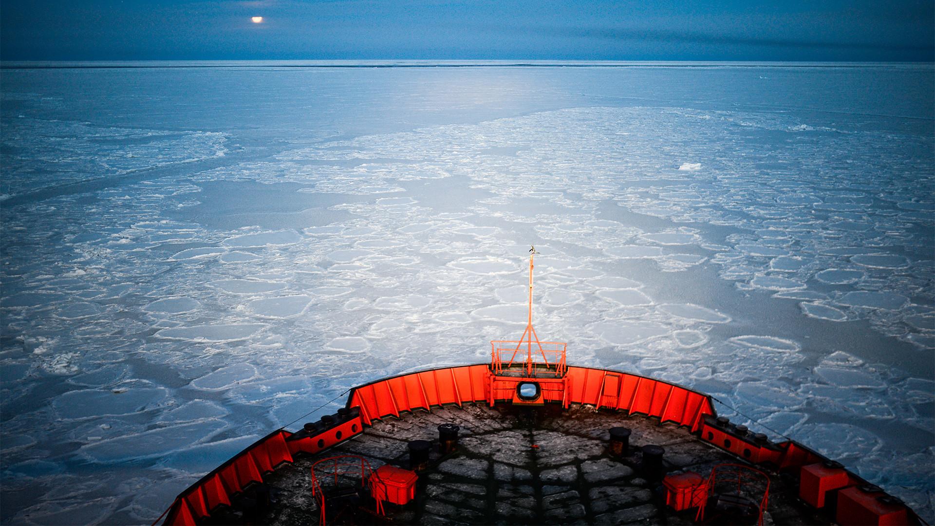 """Атомният ледоразбивач """"Арктика"""" отплава в ледените арктически води, 18.10.2013 г."""