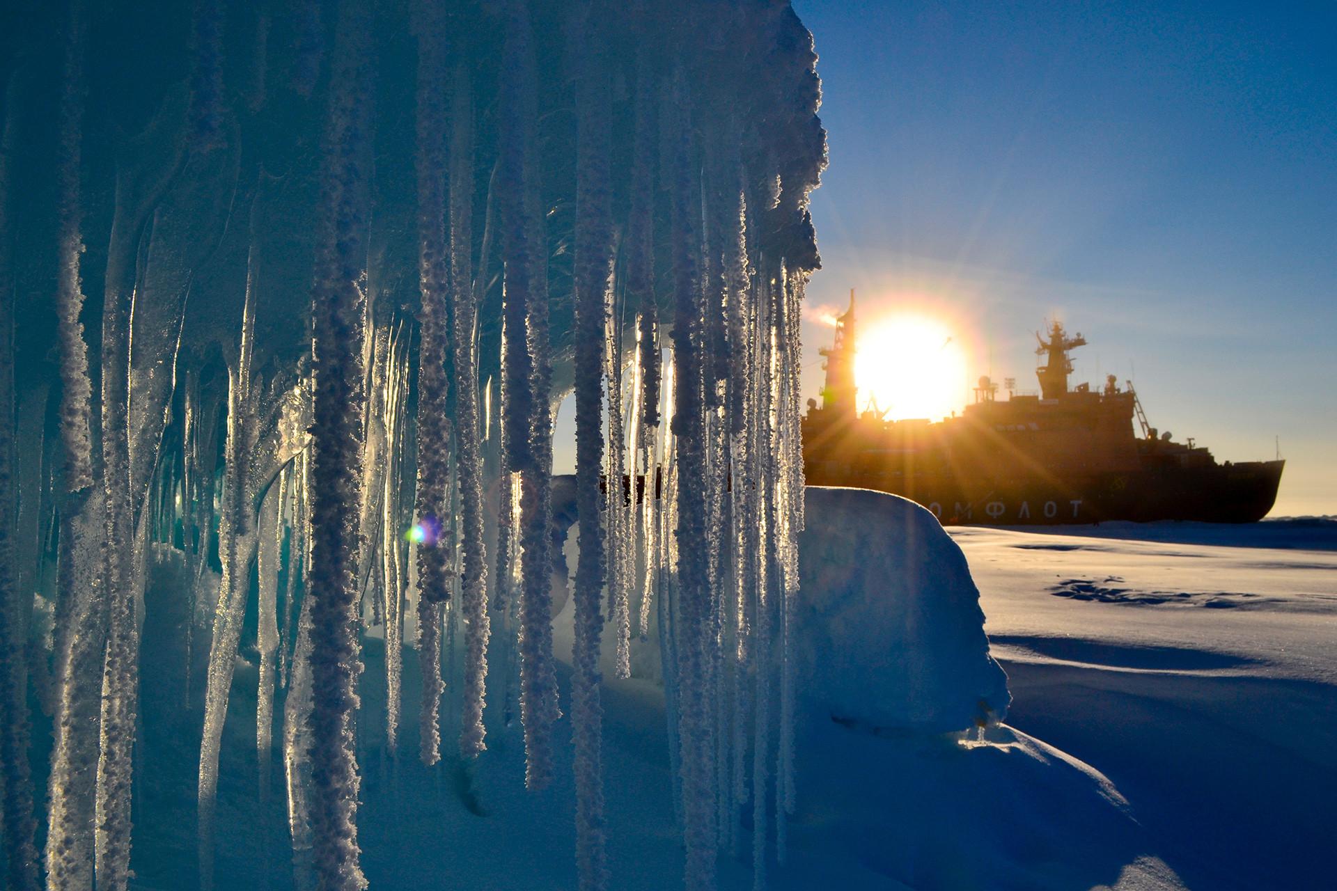 Руските полярни изследователи работят над създаването на нова плаваща станция СП-40 в Арктика, 17.09.2012 г.