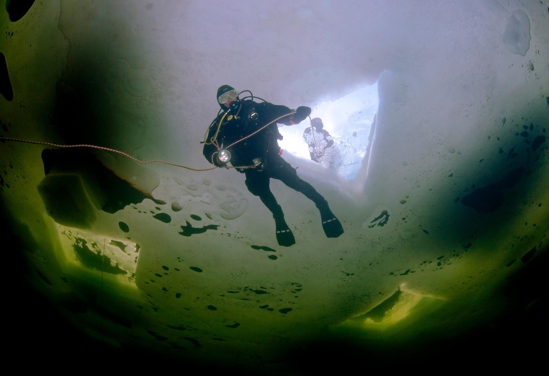 Buceo en hielo en Rusia.