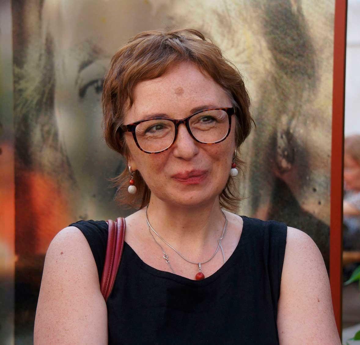 Fanáilova é classificada como uma poeta severa por usar, por vezes, baixo calão e dar declarações políticas cortantes.