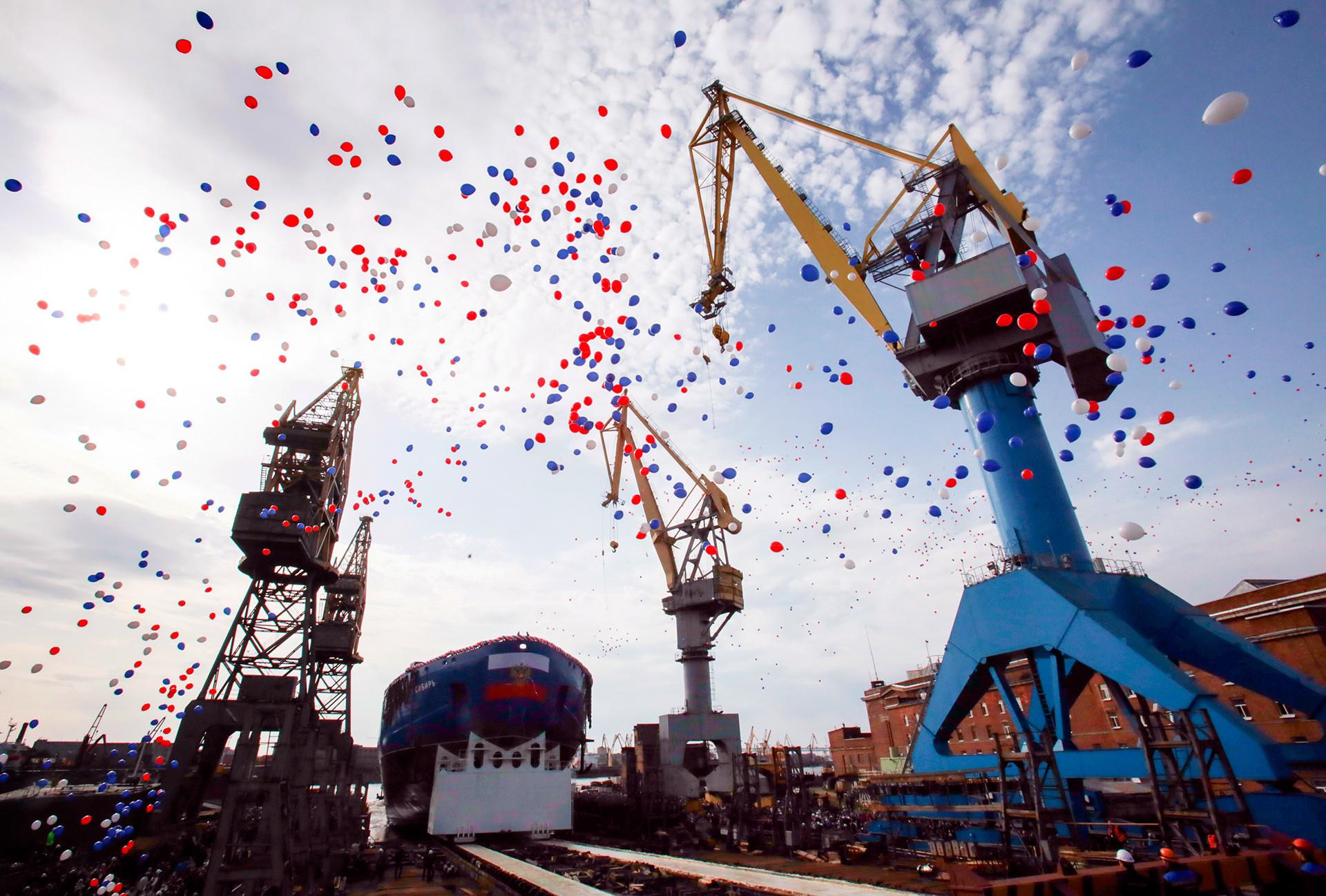 """Поринуће првог серијског универзалног нуклеарног ледоломца ЛК-60Я """"Сибир"""" на Балтичком бродоградилишту у Санкт Петербургу, 22. септембар 2017."""