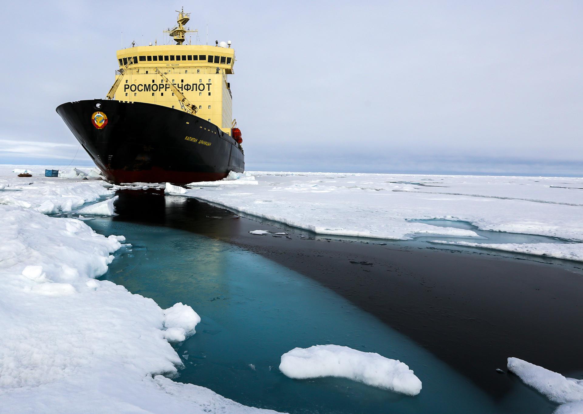"""Ледоломац """"Капетан Драницин"""". Арктик, 11. август 2015."""