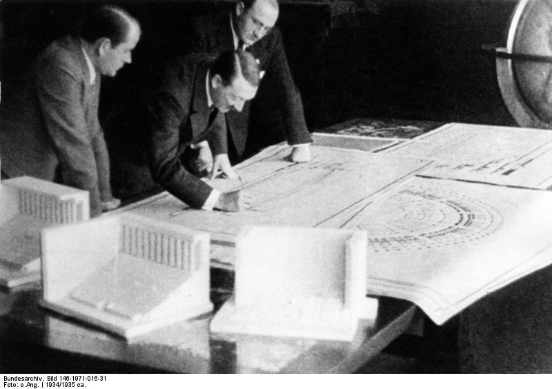 Алберт Шпеер (отляво) до Хитлер (отдясно).