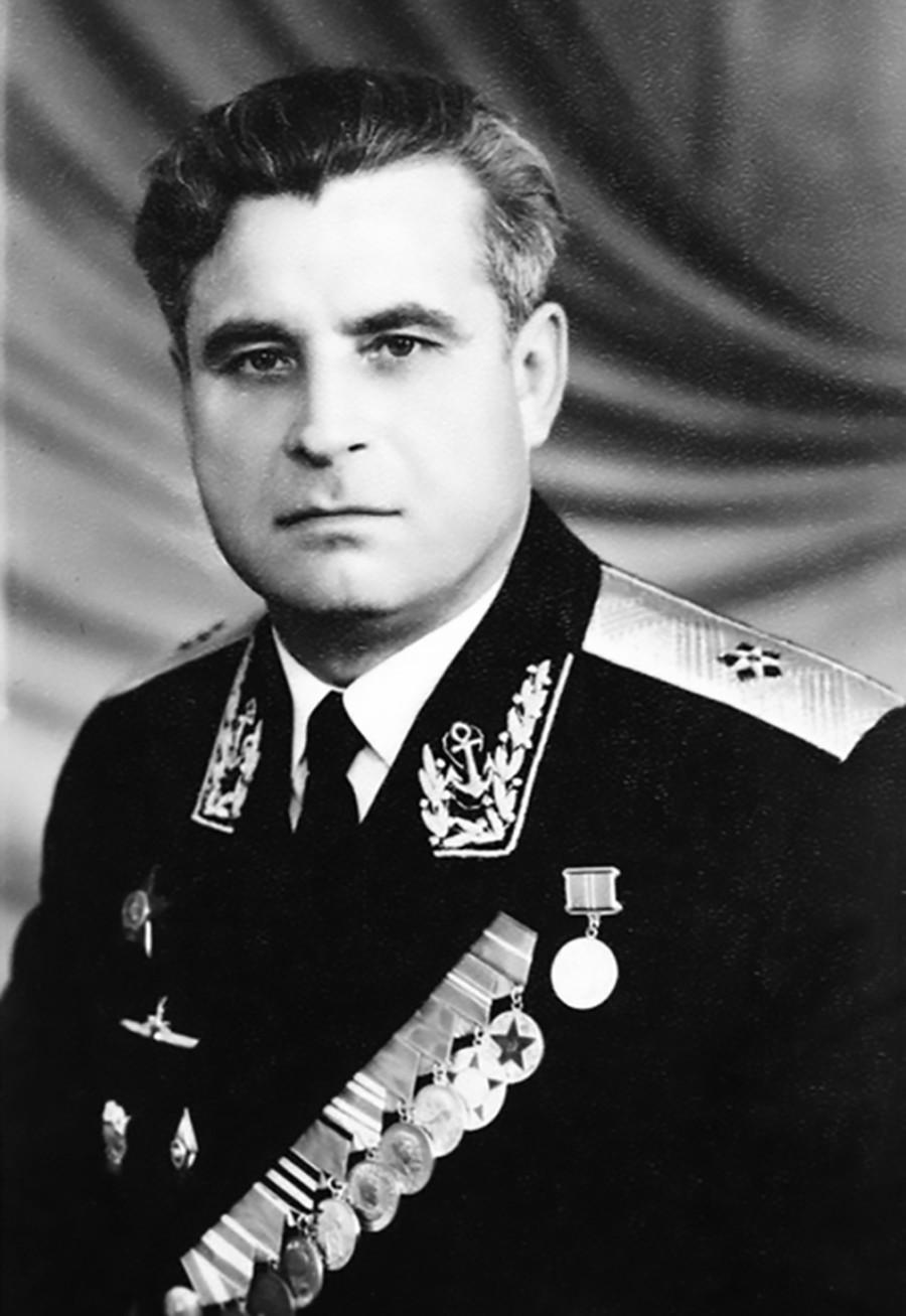Василий Архипов във вицеадмиралска униформа