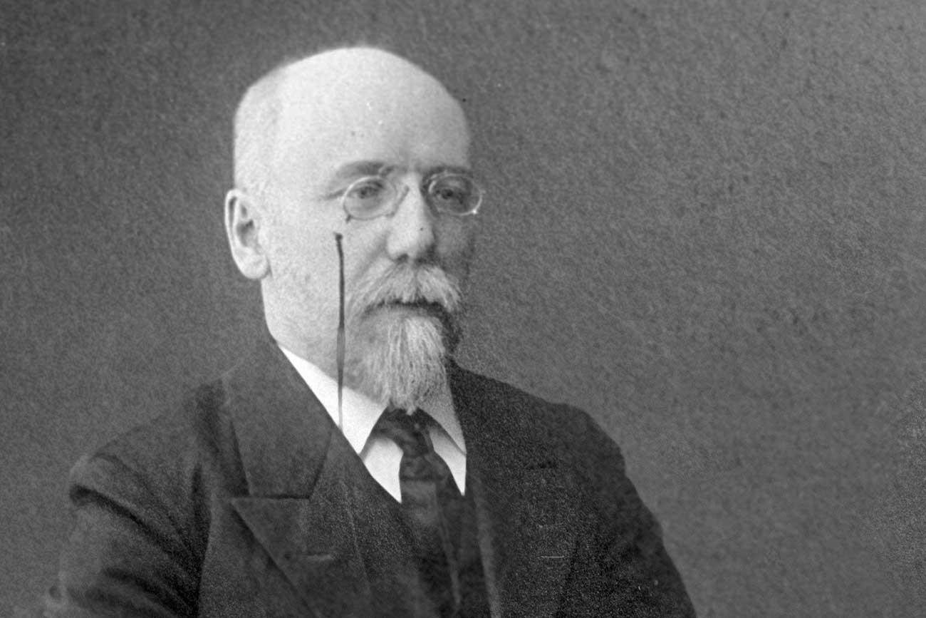 Sologúb tem figura de destaque na literatura, altamente original, apesar de ser considerado um sucessor de Gógol e Dostoiévski.