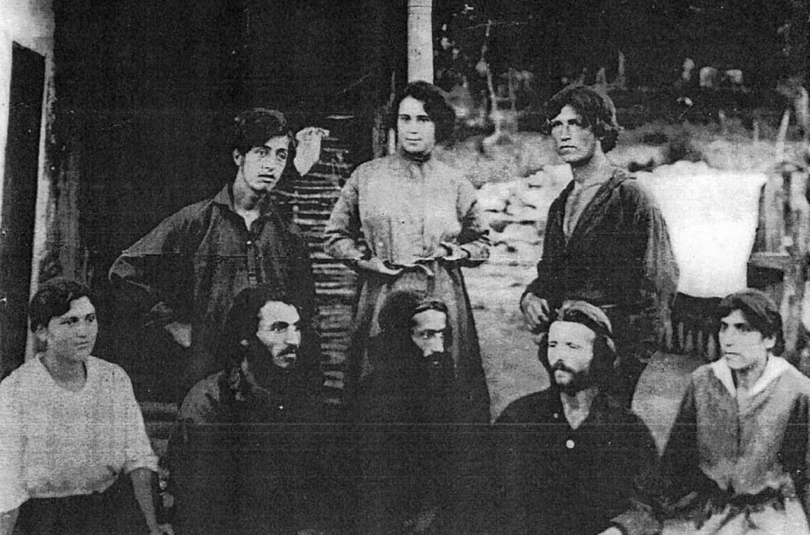 Комуната в с. Индже войвода през 1921 г. В средата Дона Кошева, Иванка Домова, Тодор Парасков (първи вляво), Пейо Гальов (в средата), братя Георгиеви