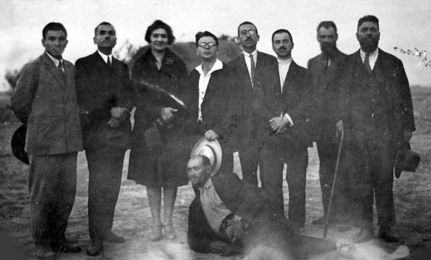 В деня на закупуването на земята в с. Мечкюр, Пловдивско, 1926 г.  Отляво вторият е И. Енчев, следва вече бившата собственичка, С. Лепавцев, Й. Ковачев, В. Чаушев, С. Андрейчин, Георги Шопов, пред всички е Стойо Кацаров