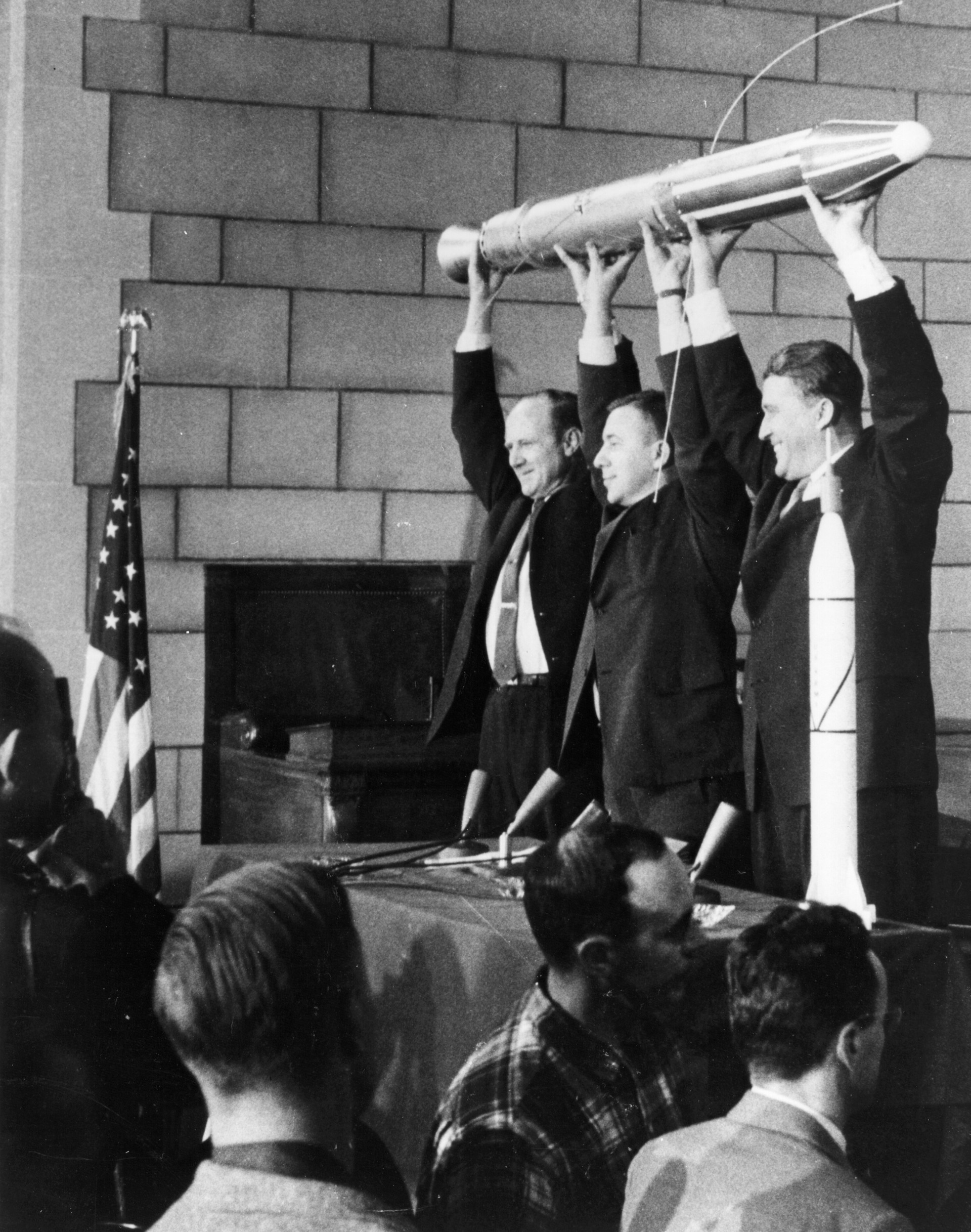 Im Gründungsjahr 1958 waren diese drei Männer für den erfolgreichen Start des ersten NASA-Satelliten ins All verantwortlich: William H. Pickering, James Van Allen and Wernher von Braun.