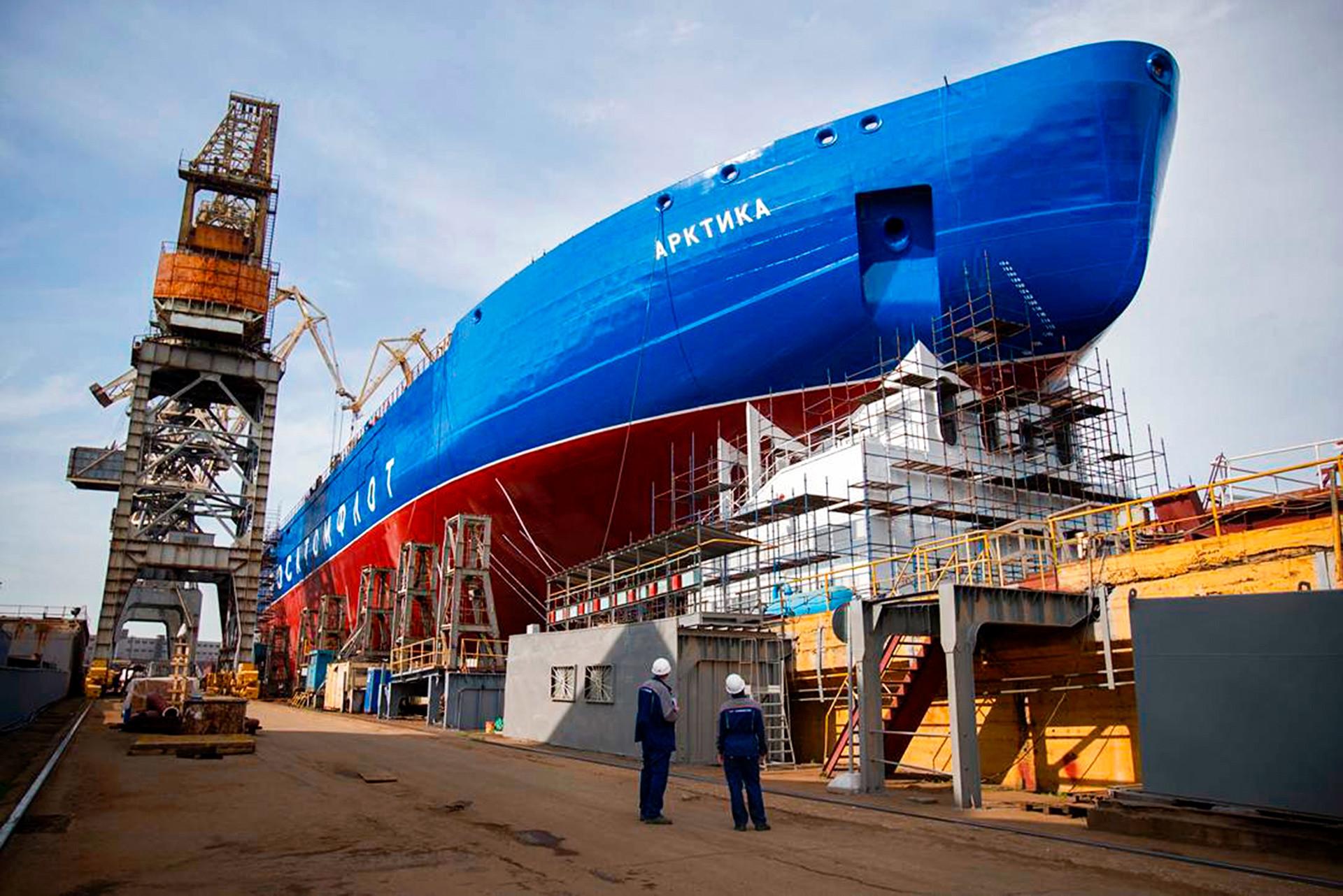 Arktika, prvo plovilo v seriji treh jedrski ledolomilcev projekta 22220LK-60 v izdelavi Baltske ladjedelnice. 10.6.2017.