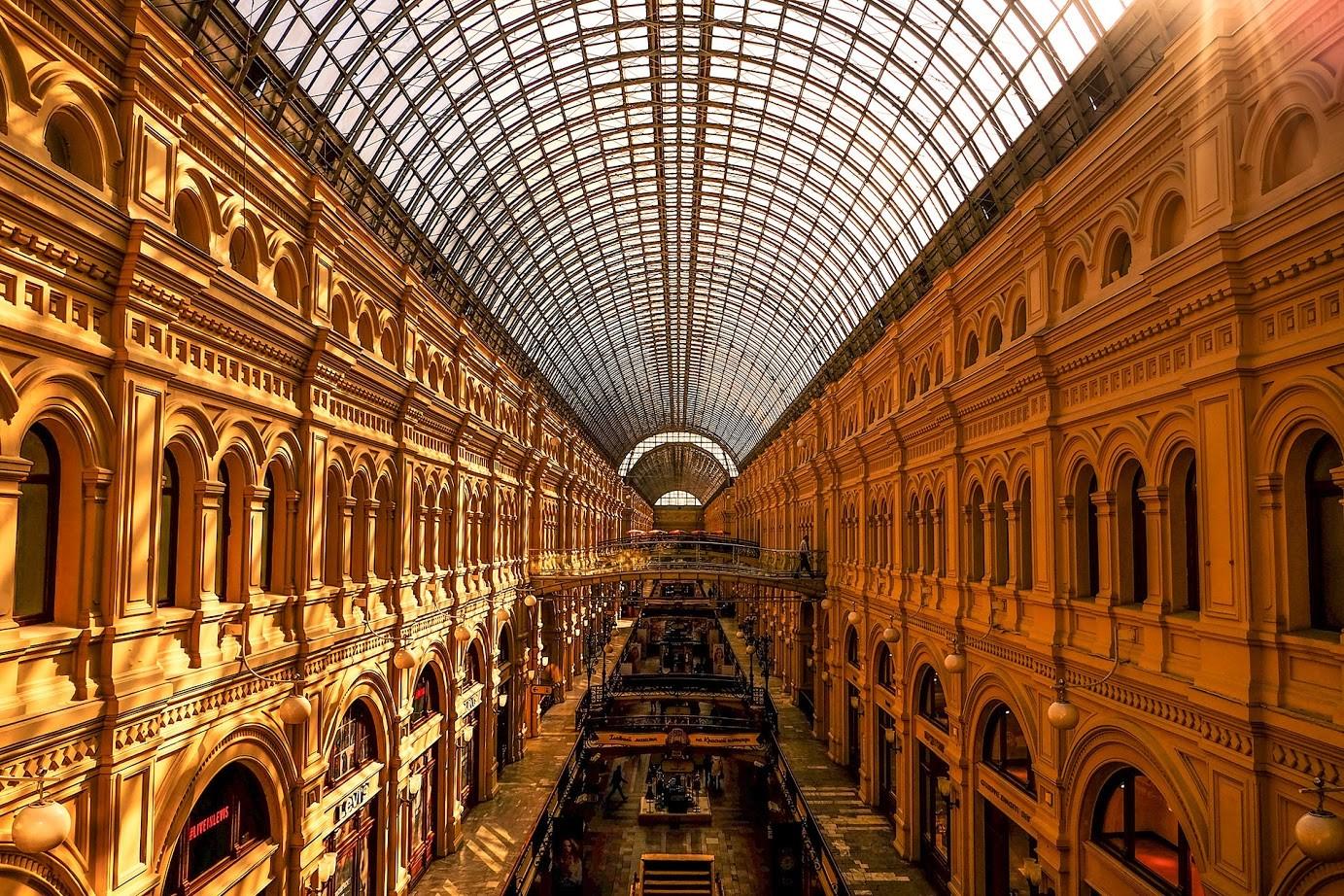 Streha veleblagovnice GUM, najlepšega nakupovalnega centra v Rusiji, ki ga je zasnoval Vladimir Šuhov.