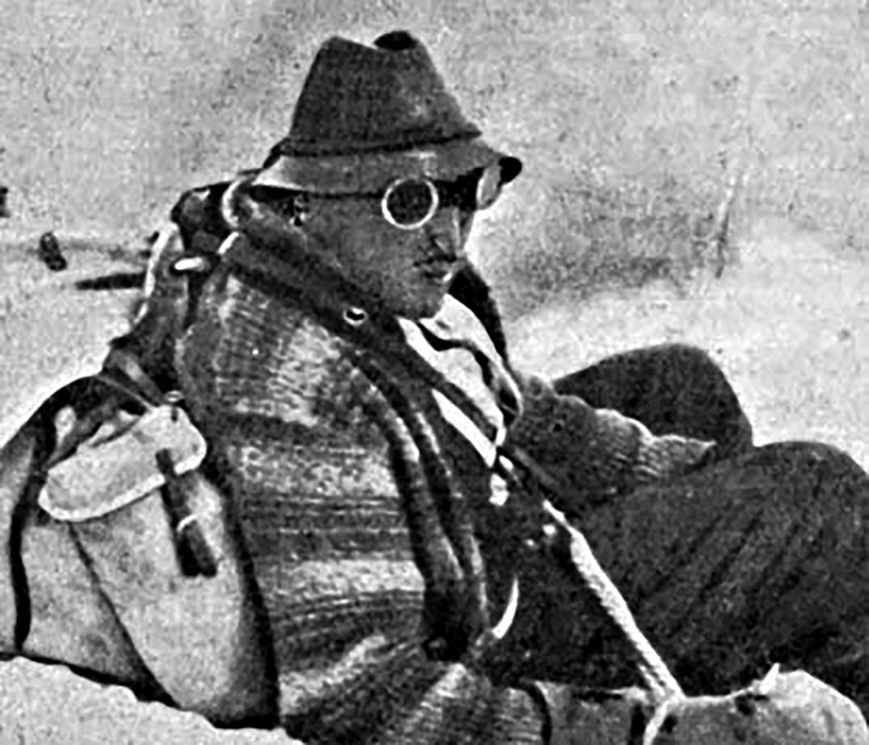 »V odpravi je bil tudi Aleksander Gettier, potomec francoskih priseljencev, ki se je v času ruske državljanske vojne boril proti komunistom v vrstah Bele armade.«