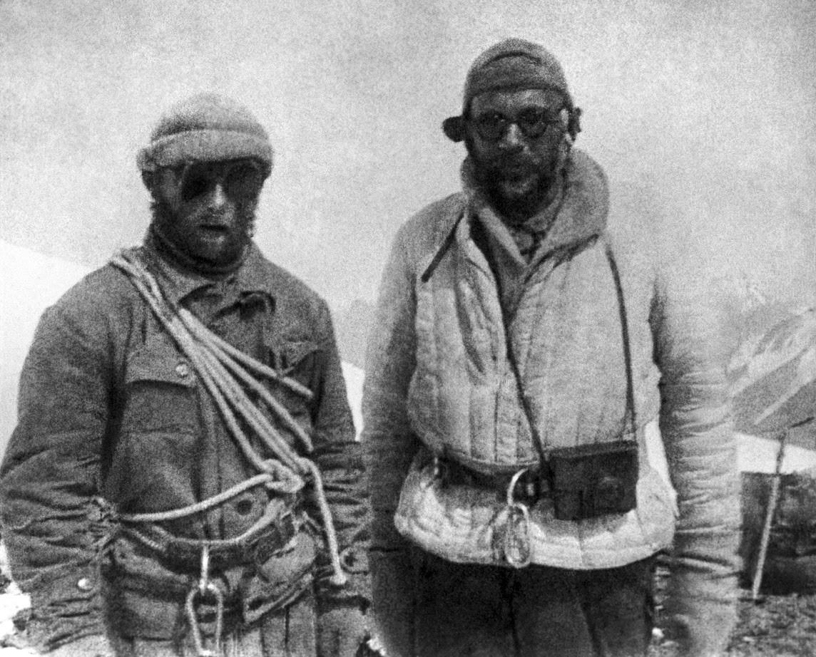 Evgenij Abalakov (levo) in Nikolaj Gorbunov (desno), člana ekspedicije št. 29, ki sta začela plezati na Stalinov vrh avgusta 1933.