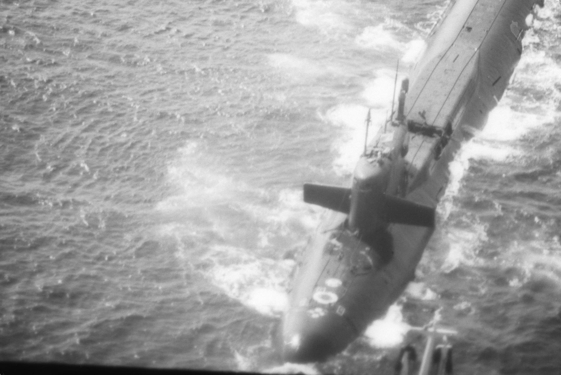 Die K-219, beschädigt durch eine Raketenexplosion im Inneren