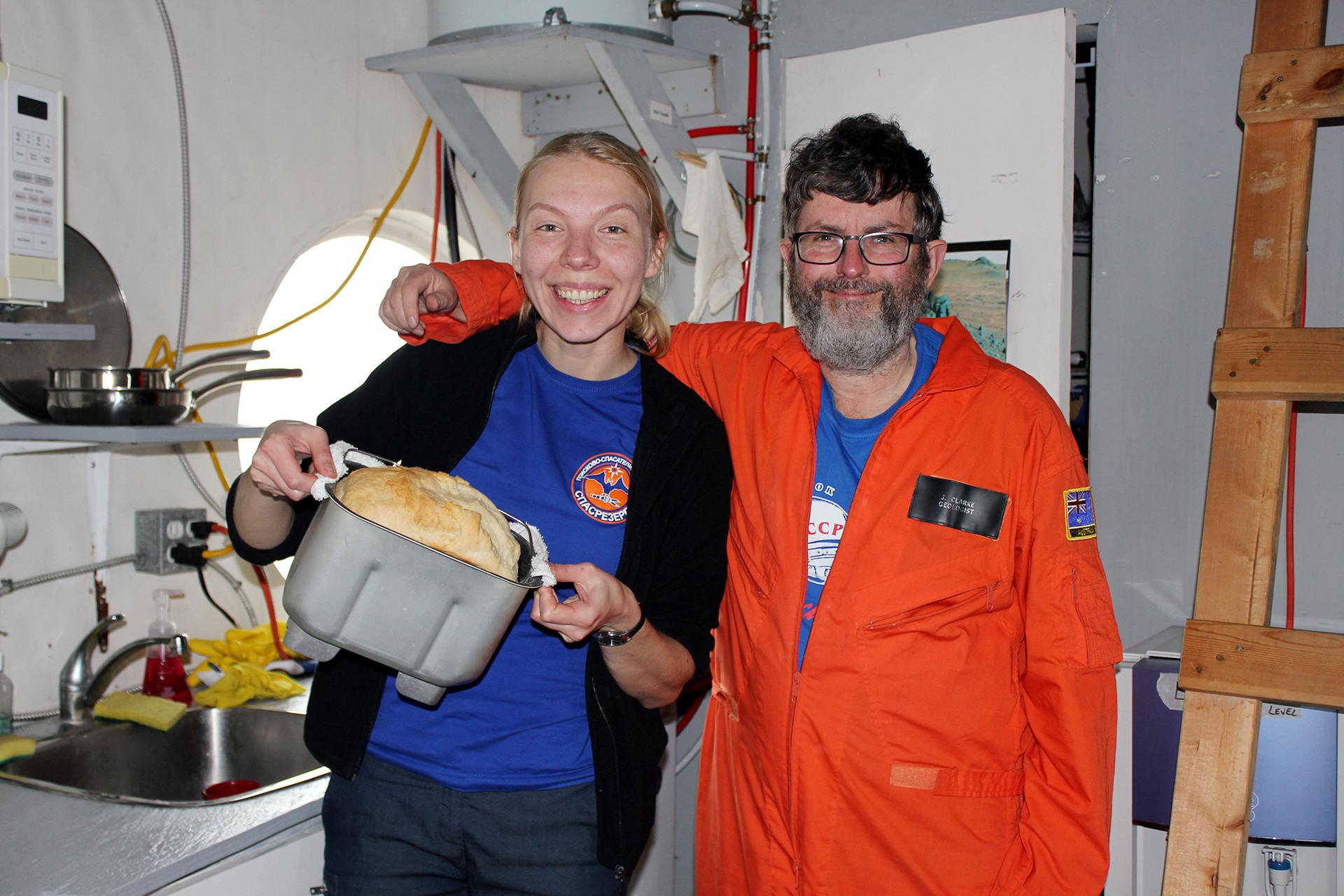 Anastasia e Jon all'interno della stazione di ricerca