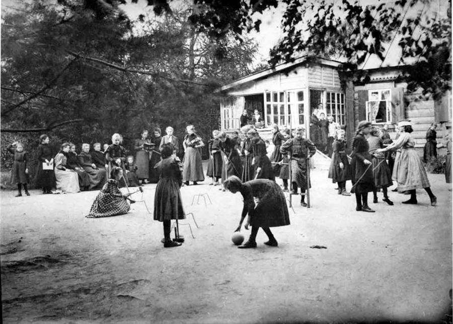 Momento di svago in una scuola di Mosca, 1900