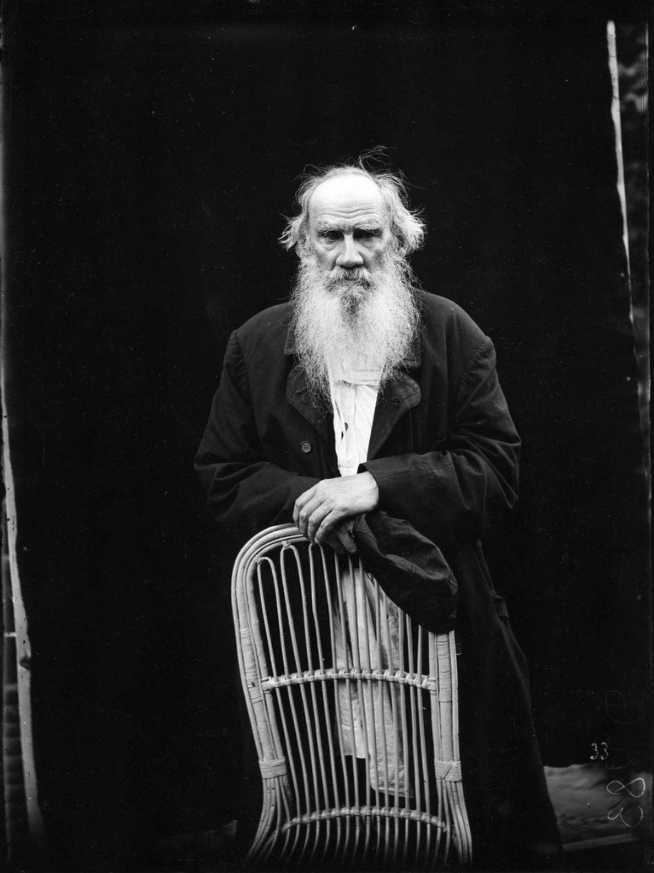O conde Tolstói, que não só alcançou a fama mundial com seus livros, como também virou praticamente objeto de adoração e fundador do movimento tolstoísta.
