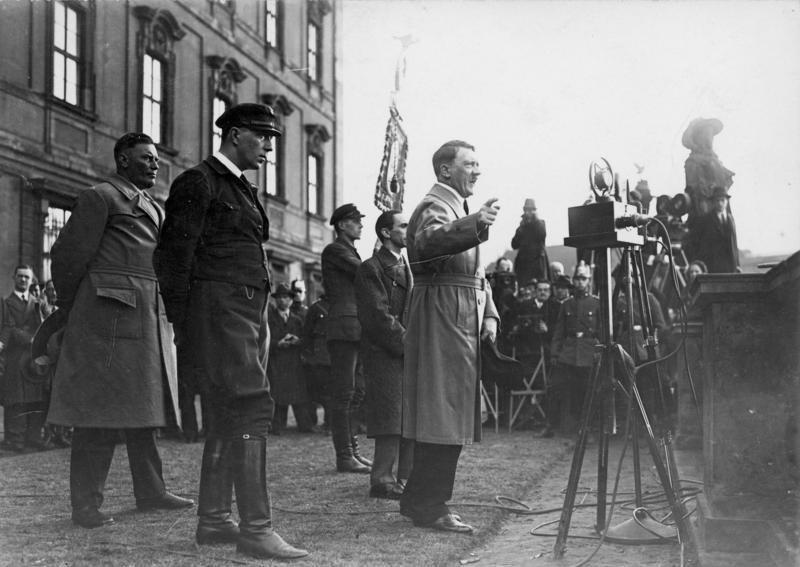 Алберт Шпер (лево) и Хитлер