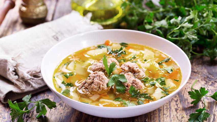 Esta sopa pode parecer complexa, mas leva apenas 30 minutos para ficar pronta.