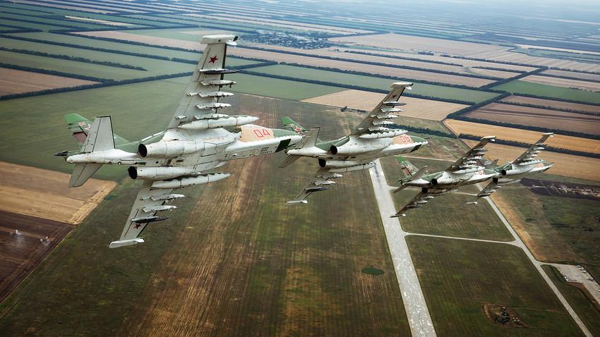 """Lovački zrakoplovi """"Suhoj"""" Su-25. Vježbovni let posada zrakoplova """"Suhoj"""" Su-25 zrakoplovne pukovnije Južnog vojnog okruga u Primorsko-Ahtarsku."""
