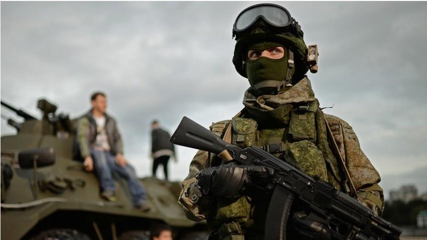 Vojak na festivalu Vojska Rusije v Moskvi.