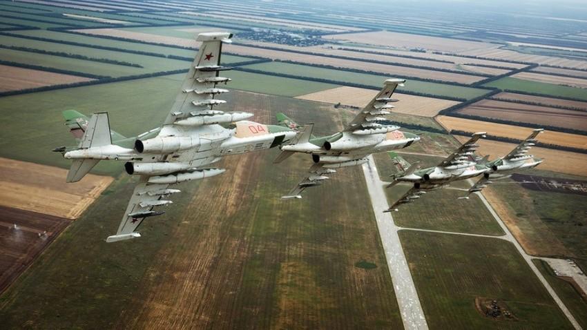 Vadbeni polet posadke letala Suhoj Su-25 letalskega polka južnega vojaškega okrožja v Primorsko-Ahtarsku.