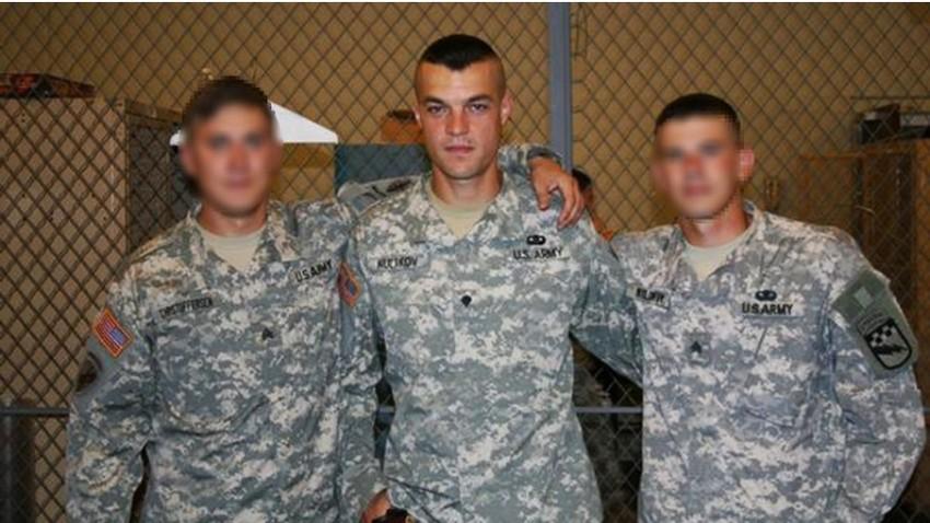 Moški, ki izgleda povsem enako kot podpolkovnik Sergej Kulakov, pozira v ameriški vojaški uniformi.