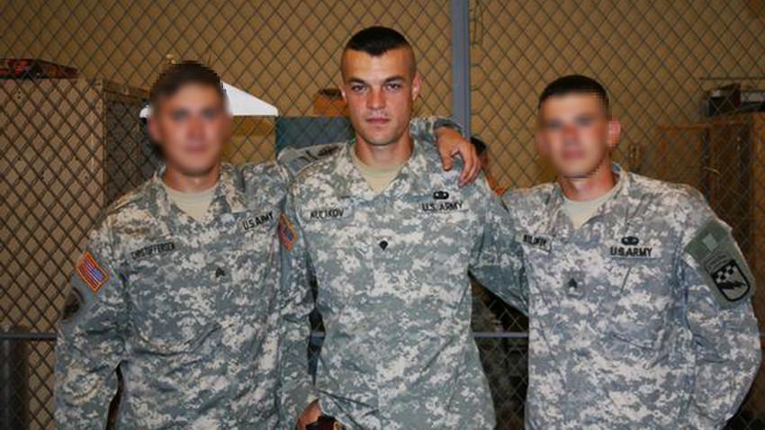 Seseorang yang terlihat persis seperti Letnan Kolonel Sergey Kulakov (tengah) berfoto mengenakan seragam militer AS.
