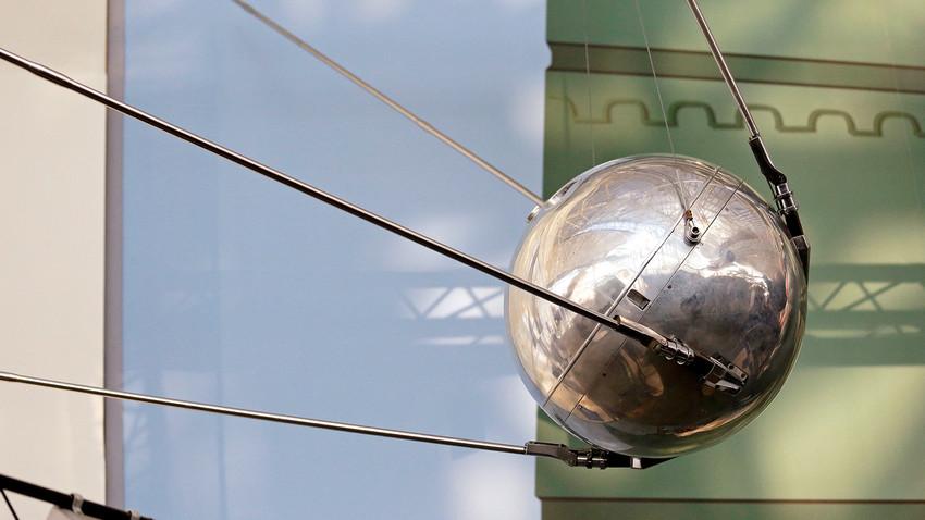 """Тестов сателит """"Спутник-1"""", вероятно произведен от Академията на науките на СССР и един от двата известни, е изложен в Музея на първия полет."""