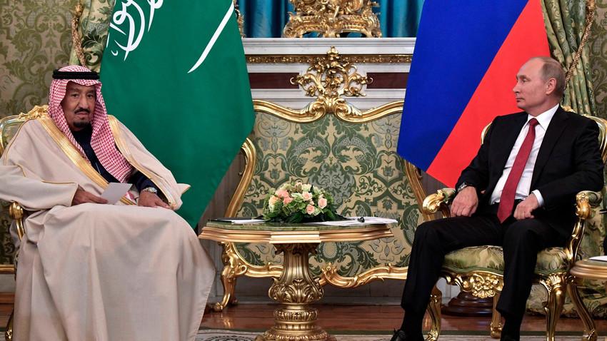 Vladimir Putin dalam pertemuan dengan Salman bin Abdulaziz Al Saud, Kamis (5/10).