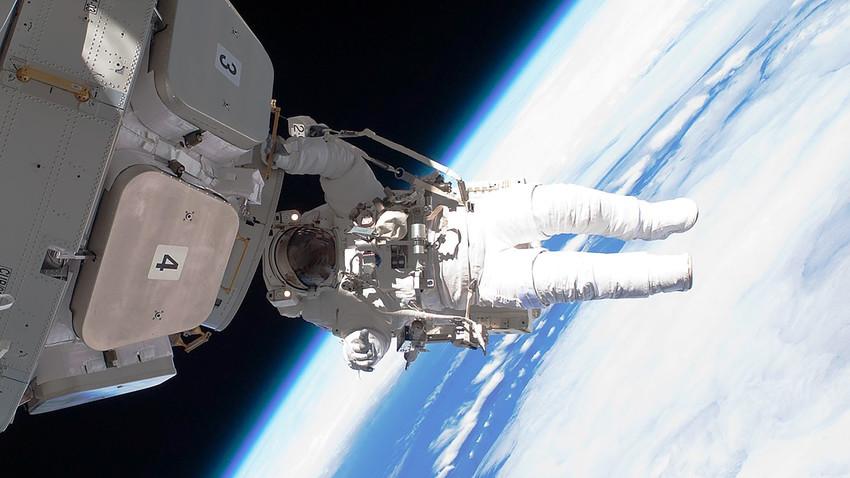 Para gravar o vídeo, a RT e a Roscosmos tiveram que criar uma nova câmera que pudesse resistir às mudanças extremas e de rápida mudança das temperaturas no espaço.