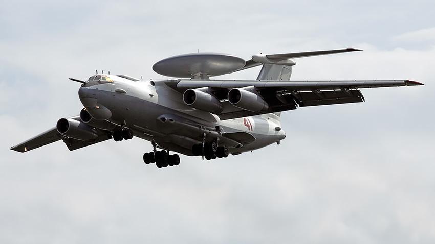 """""""Во моментов во состав на вооружувањето ги имаме авионите А-50 кои го реализираат основниот список на функции за радарско набљудување и наведување. А-100 е следната верзија на таквиот систем за извидување и укажување на цели"""". На фотографијата: A-50."""