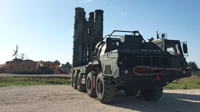 Sistem zračne obrambe S-400 v letalskem oporišču Hmejmim, kjer ščiti ruska letala med poleti v Siriji.