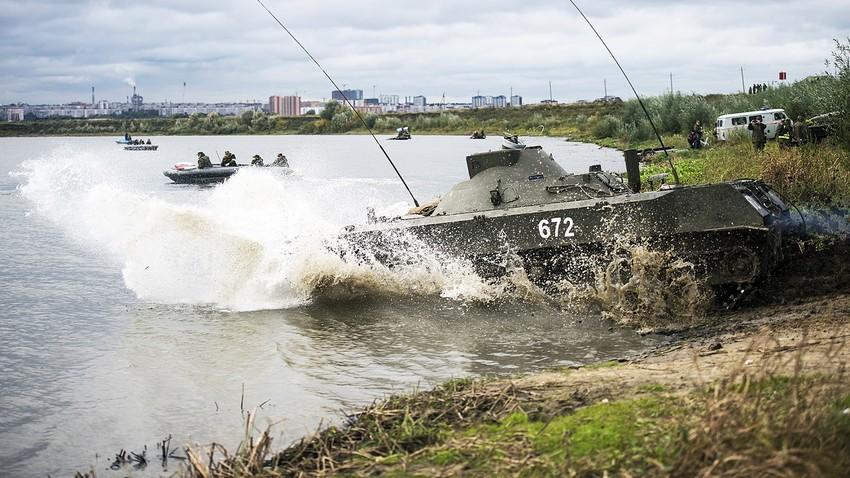 """Самоходен миномет 2С9 """"Нона-С"""" преодолява водно препядствие на учения в 106-а ВДС дивизия в Рязанска област, Русия."""
