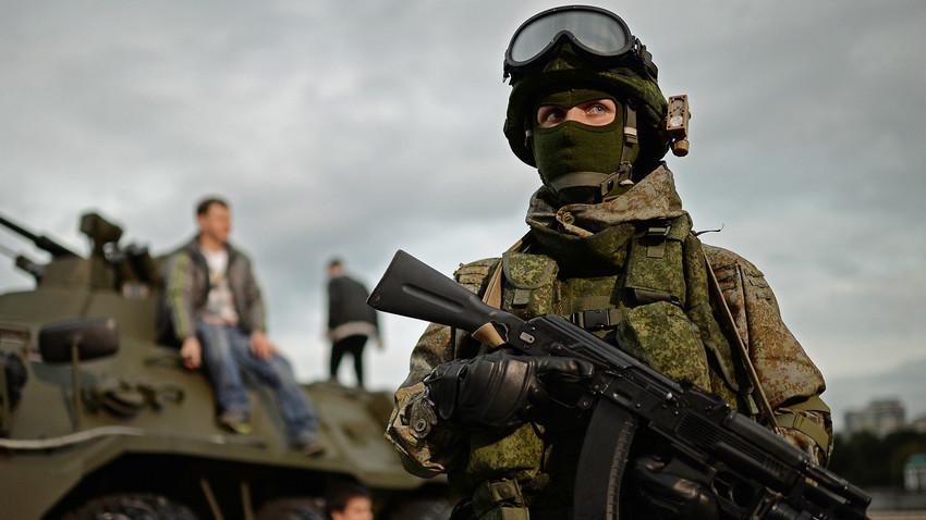 Seorang tentara di Festival Militer Rusia di Moskow.