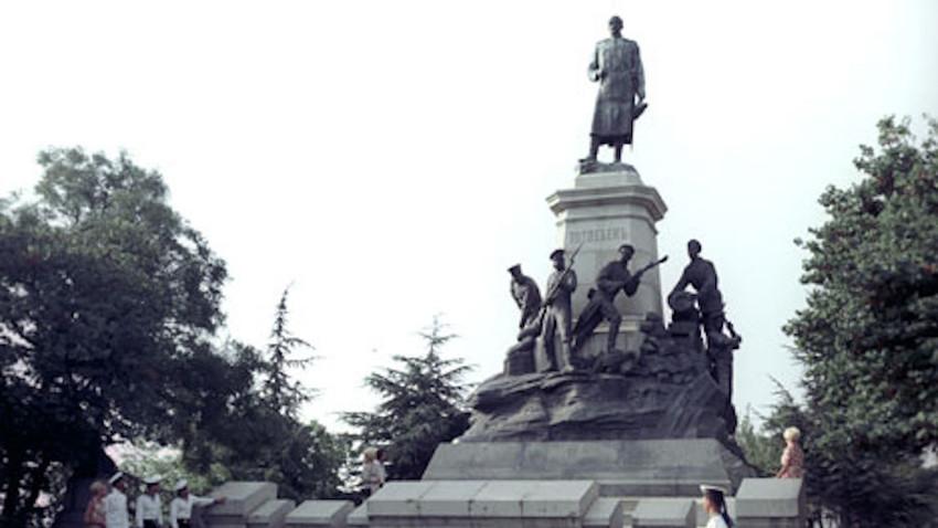 Паметник на генерал Тотлебен от 1909 година. Снимката е направена през 1972 година.