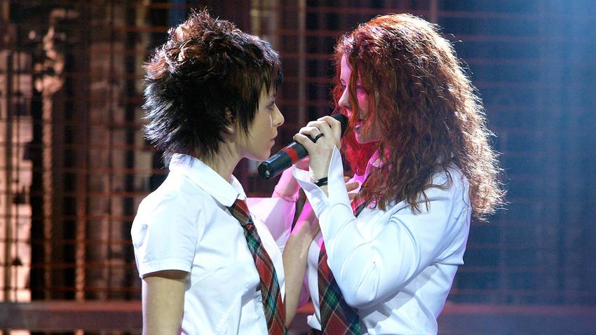 Julia Volkova dan Lena Katina, dua vokalis grup musik duet t.A.T.u.
