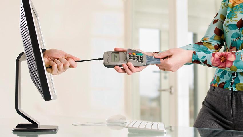 Klijent pokušava izvući kreditnu karticu iz čitača.