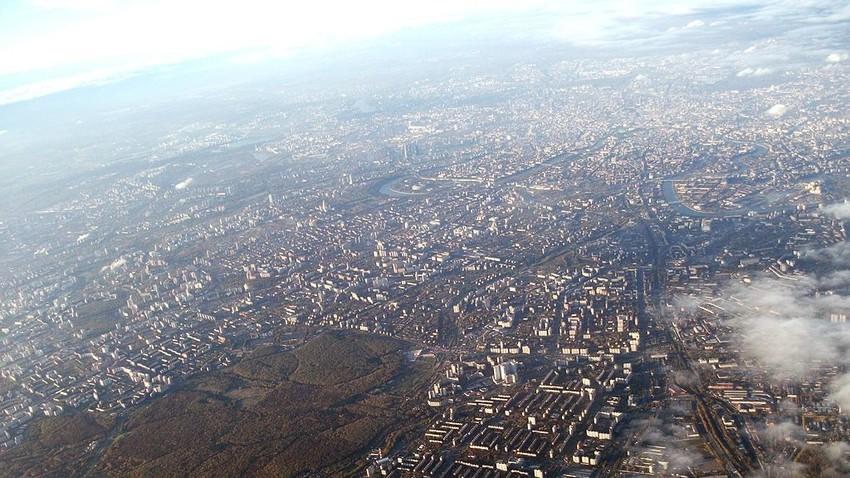 Zračni pogled na Moskvo. V ospredju so značilna blokovska naselja na mestnem obrobju.