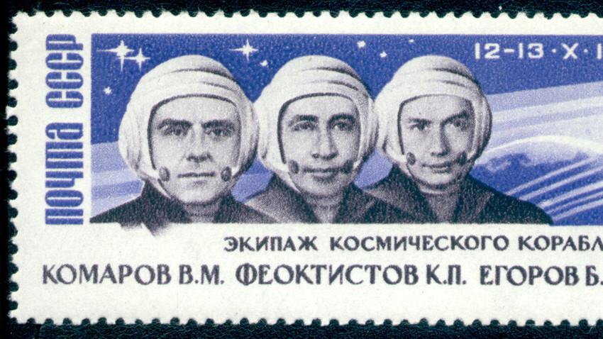 Sowjetische Briefmarke mit Abbildung der drei Kosmonauten (1964)