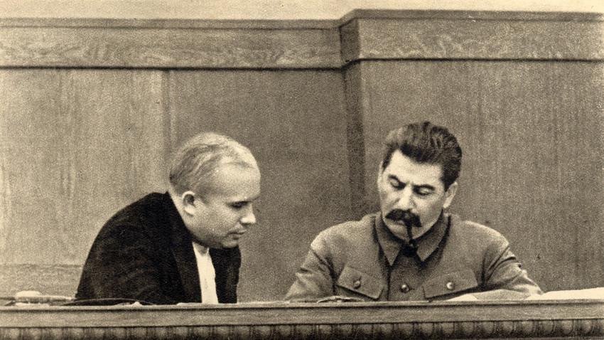 Nikita Jrushchov e Iósif Stalin en 1937.