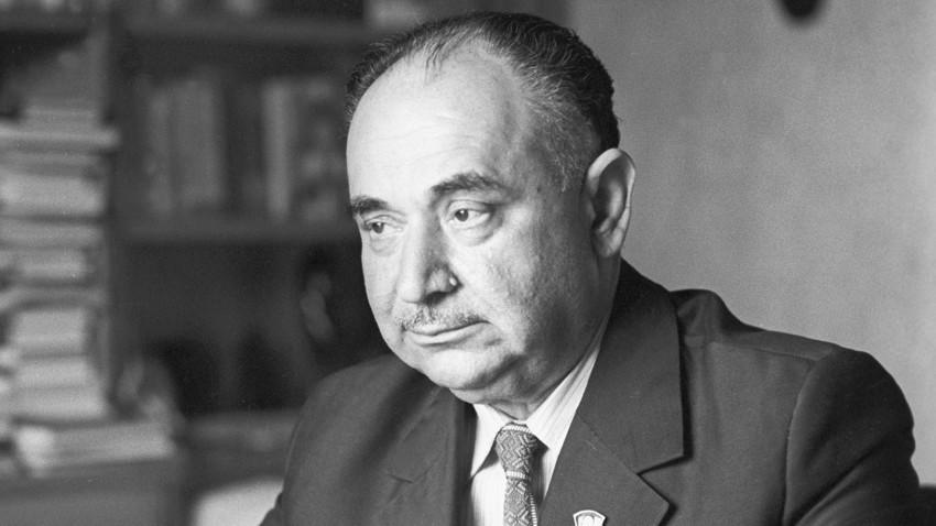 """Iosif Grigulevich sebagai Pemimpin Redaksi jurnal """"Ilmu Sosial Uni Soviet"""" di Moskow, 1978."""